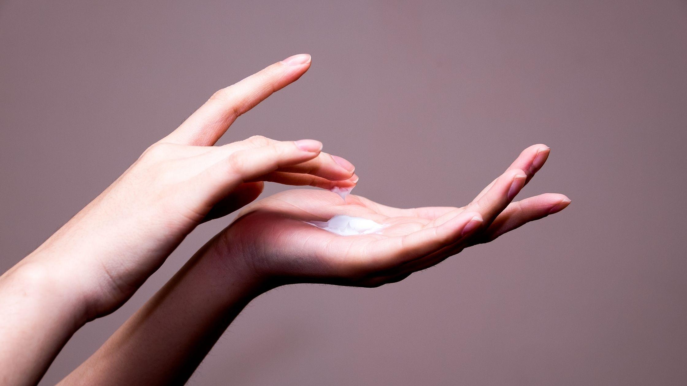 Handen met crème